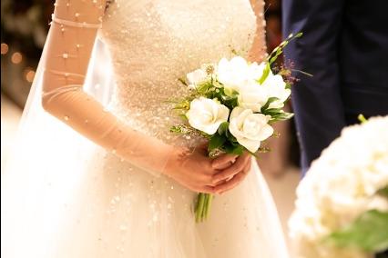Mariée avec son bouquet qui s'avance vers l'autel - C&D Events wedding planner / Organisatrice de mariage Oise et Paris