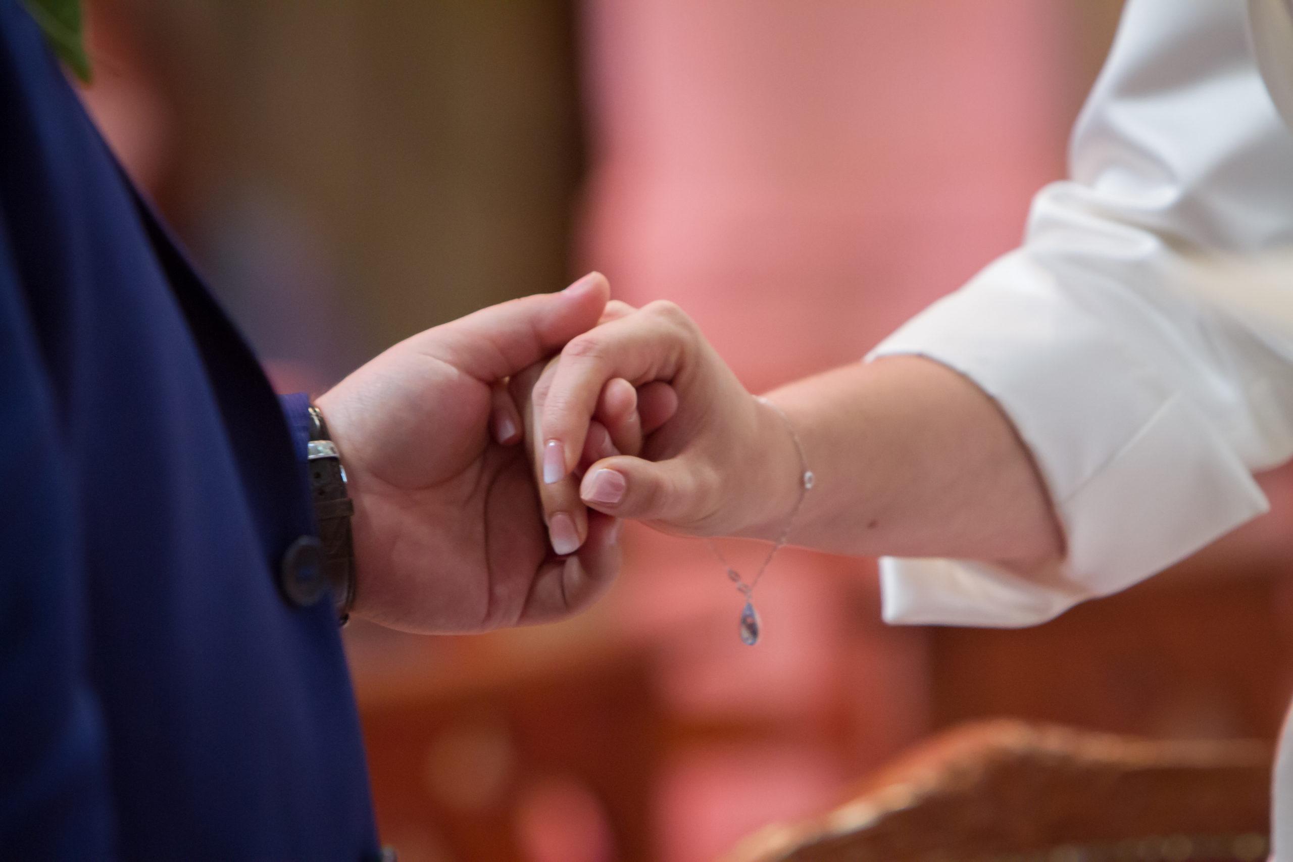 Mariage A&J - Echange des voeux les mariés se tiennent la main - C&D Events Wedding planner Oise et Paris
