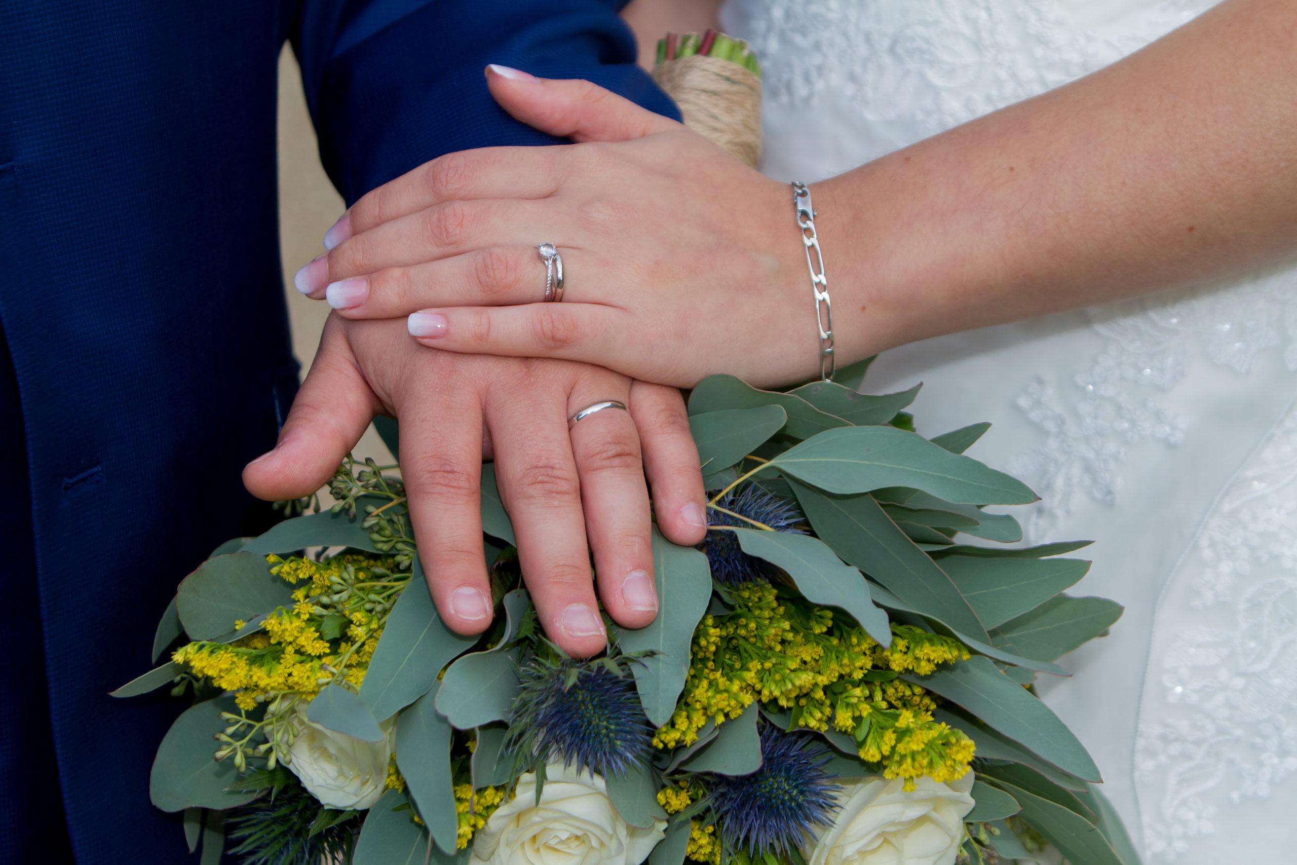 Mariage A&J - Mains avec alliances sur bouquet - C&D Events wedding planner oise et paris